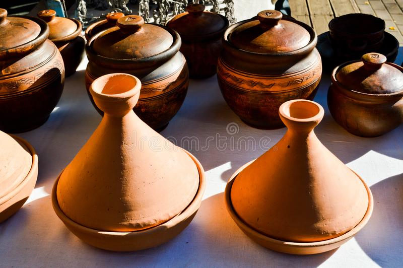 Кухонные приборы естественной традиционной гончарни глины красивые старые, блюда, кувшины, вазы, баки, кружки зелень gentile пред стоковые изображения rf