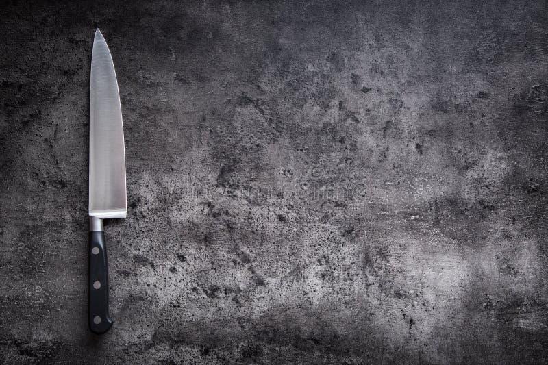 Кухонный нож на конкретной или деревянной доске стоковые фотографии rf