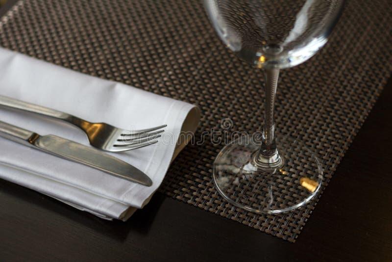 Кухонный стол с вилкой ножа и бокалом стоковая фотография rf