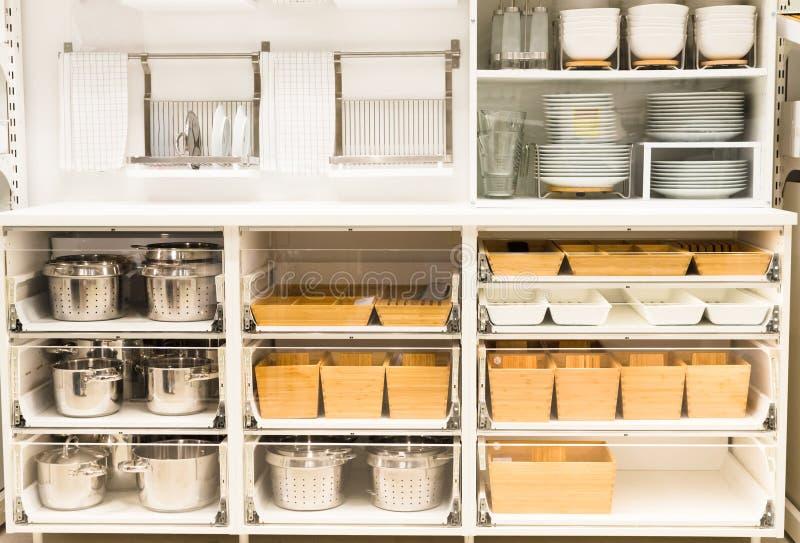 Кухонный шкаф для блюда с чистым tableware на кухне стоковое изображение rf
