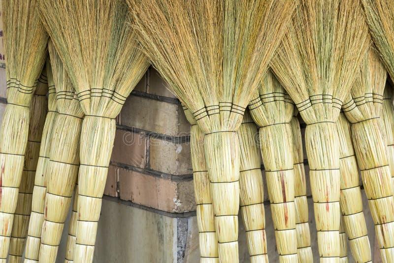 Куча бамбуковых веников в рынке для продажи на базаре Узбекистана стоковая фотография