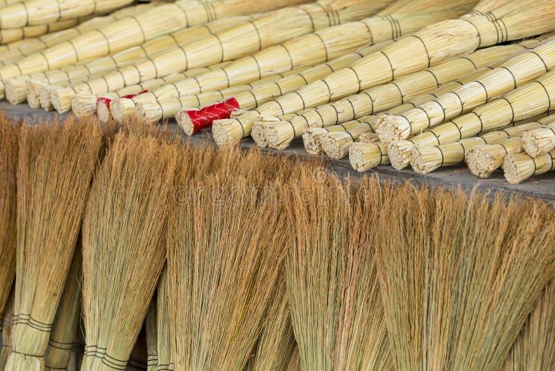 Куча бамбуковых веников в рынке для продажи на базаре Узбекистана стоковые фотографии rf