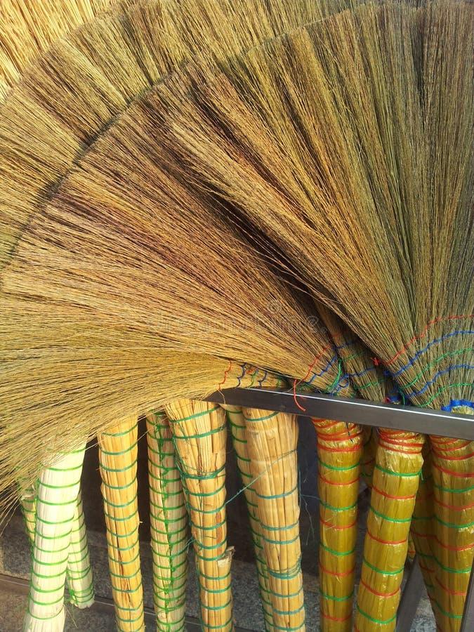 Куча бамбуковых веников в рынке для продажи стоковое изображение