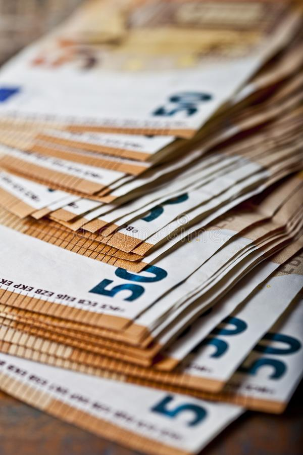 Куча 50 банкнот евро примечания валюты 50€ штабелировали Концепция дела финансов банка денег стоковая фотография
