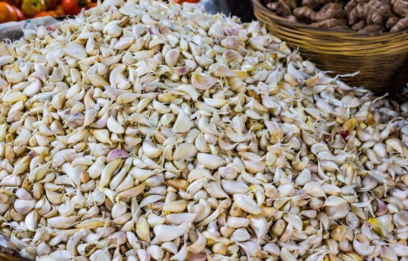 Куча белого чеснока шелушится в розничном vegetable супермаркете для продажи стоковые изображения rf