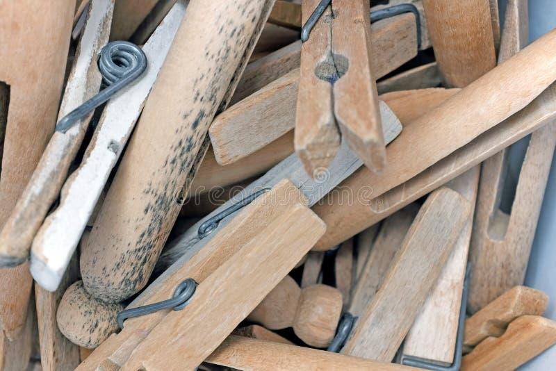 Куча деревянных зажимок для белья стоковые фото