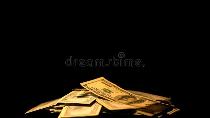 Куча долларов на черной предпосылке, противозаконных оплат, оффшорного отмывания денег стоковое фото