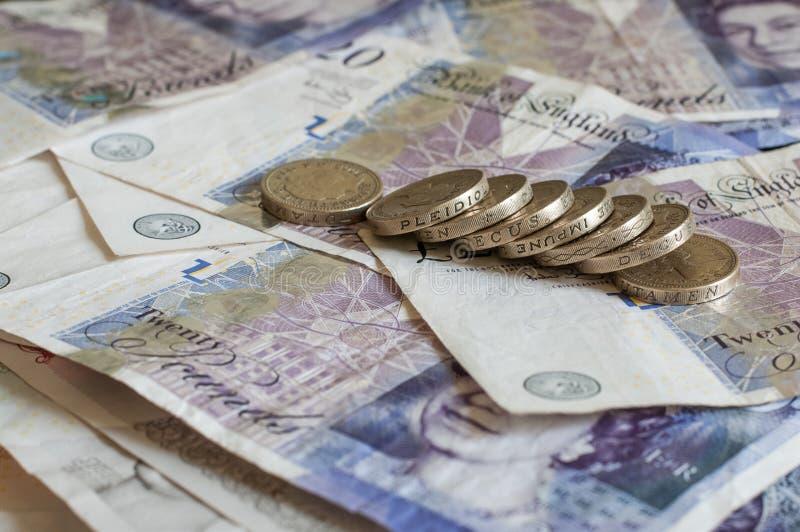 Куча денег и штабелированного gbp английских фунтов монеток стерлингового стоковые изображения
