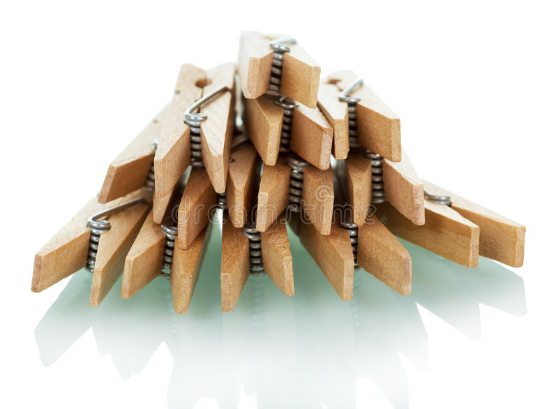 Куча деревянных зажимок для белья на белизне стоковые изображения