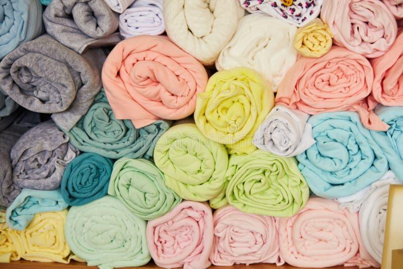 Куча живое красочного свернутого вверх по ткани ватки стоковое фото