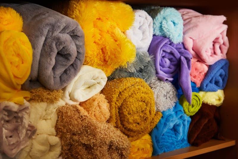 Куча живое красочного свернутого вверх по ткани ватки стоковое изображение rf