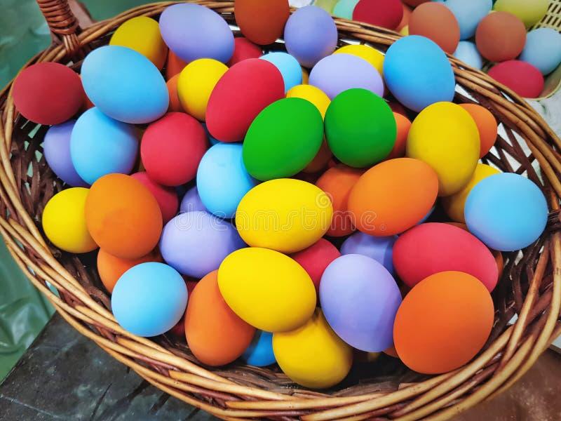 Куча живых красочных заквашенных яичек в сплетенной корзине стоковые изображения