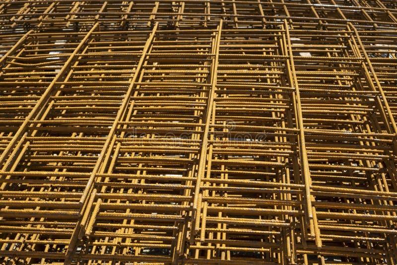 Куча заволакивания wiremesh стального ржавчиной на поле cocrete во фронте здание в конструкции стоковые фотографии rf