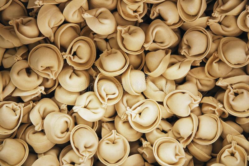Куча замороженных вареников или ravioly, предпосылка еды стоковые изображения