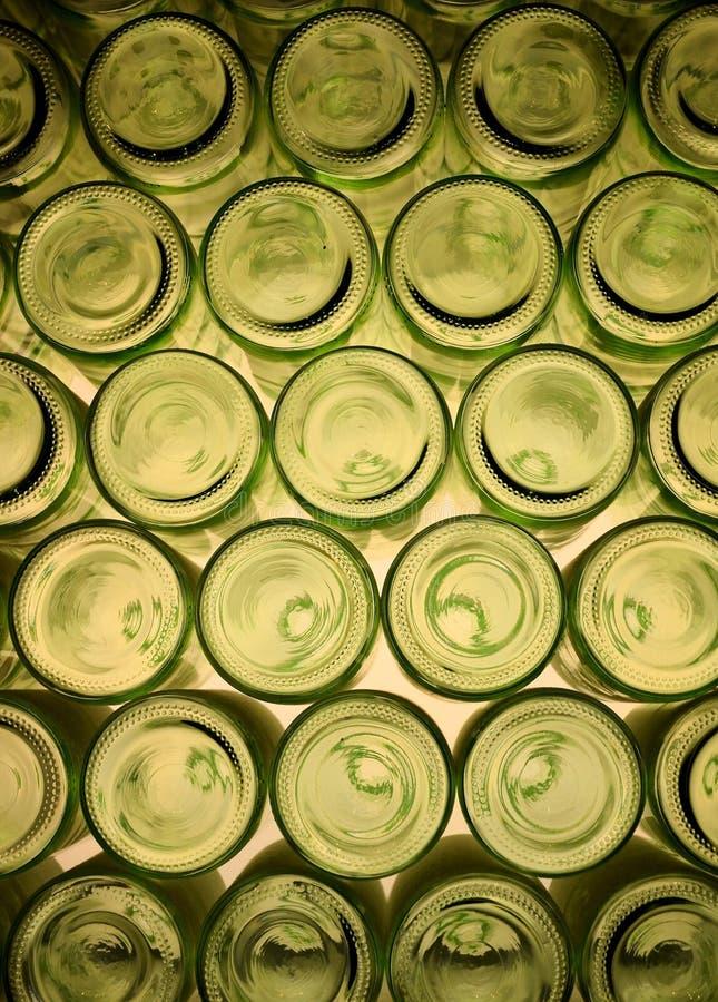 Куча зеленых бутылок стоковое фото