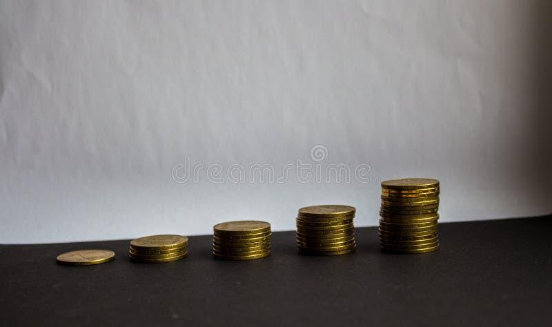 Куча золотых монеток на белой предпосылке стоковые фотографии rf