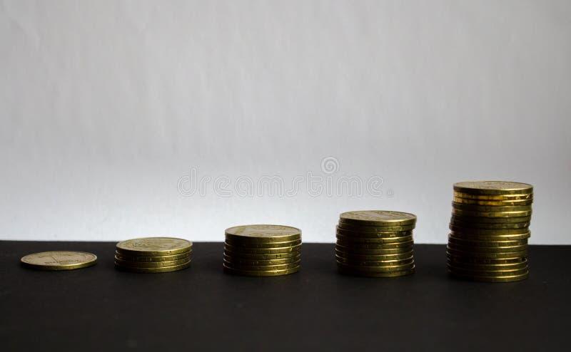 Куча золотых монеток на белой предпосылке стоковые изображения rf