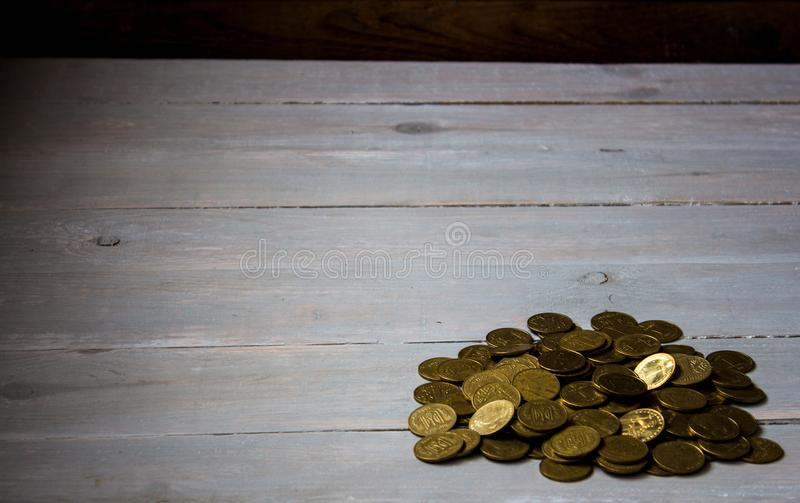 Куча золотых монеток на деревянной предпосылке стоковые изображения rf