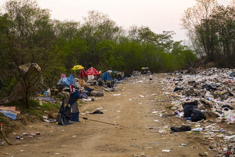 Куча и загрязнение отброса горы большая, складывают вони и токсической выпарки, этот отброс приведенный от городского стоковое фото