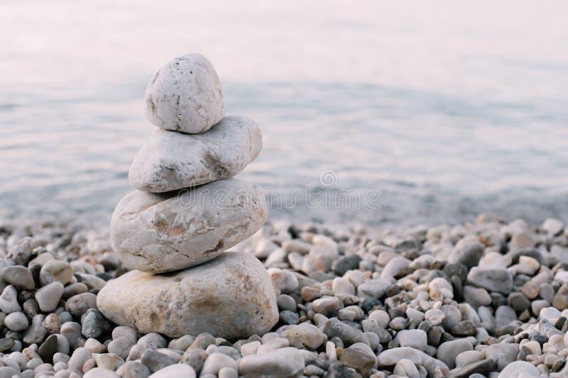 Куча камней камешка над голубым морем на заднем плане стоковые изображения rf