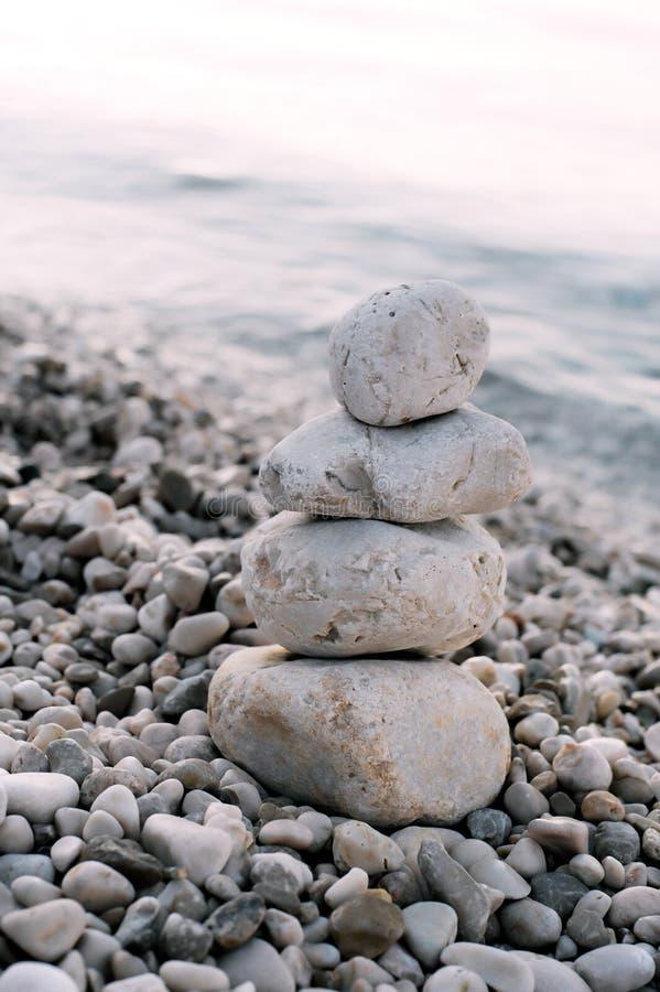 Куча камней камешка над голубым морем на заднем плане стоковые фотографии rf