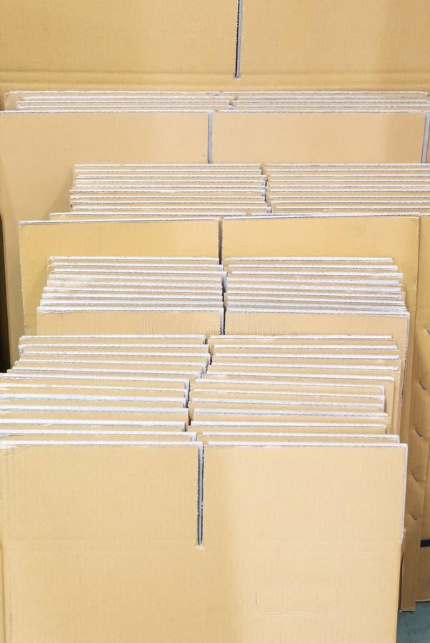 Куча картона кладет около стены стоковое фото rf