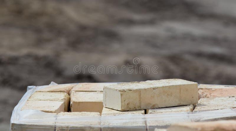 Куча кирпича на строительной площадке стоковые фото