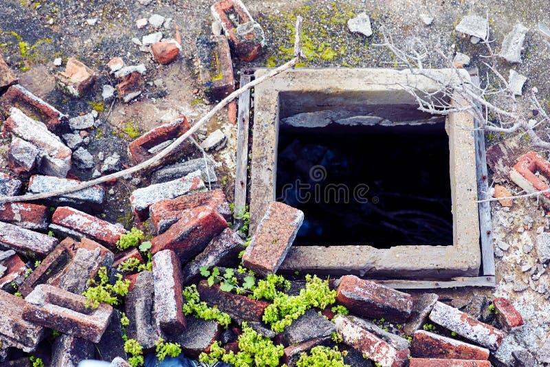 Куча кирпичей старого щебня красных сокрушенного здания и отверстия в строительной площадке стоковое фото rf