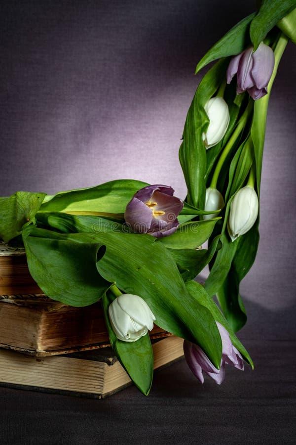 Куча книг и тюльпанов стоковое изображение rf