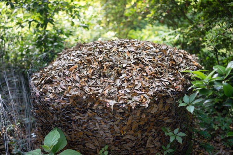 Куча компоста в приложении мелкоячеистой сетки стоковое изображение