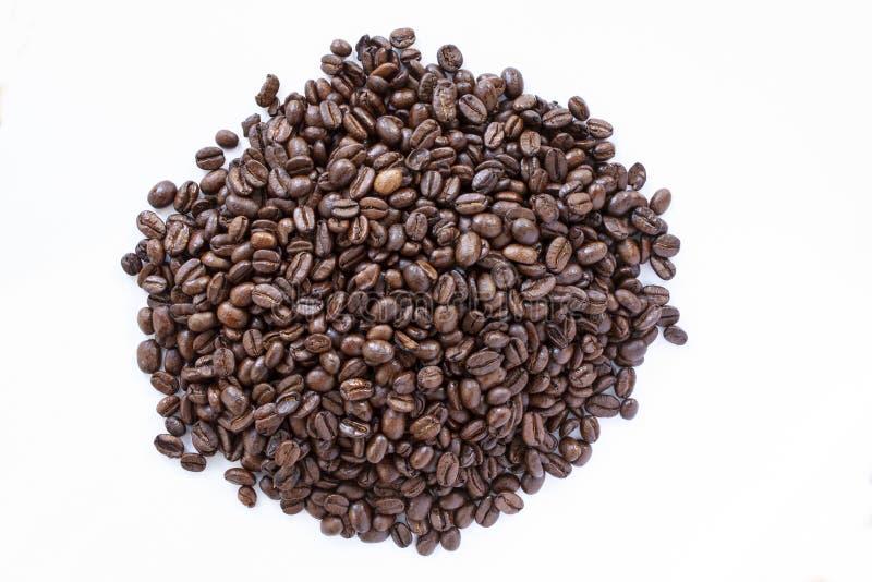Куча кофейных зерен на белой предпосылке r r стоковое изображение rf