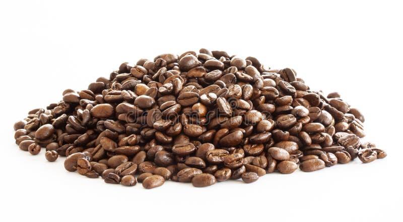 Куча кофейных зерен на белой предпосылке r стоковая фотография