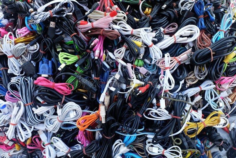 Куча красочного много используемых заряжателей шнура кабеля, провода затыкает и USB, предпосылка текстуры стоковое изображение rf