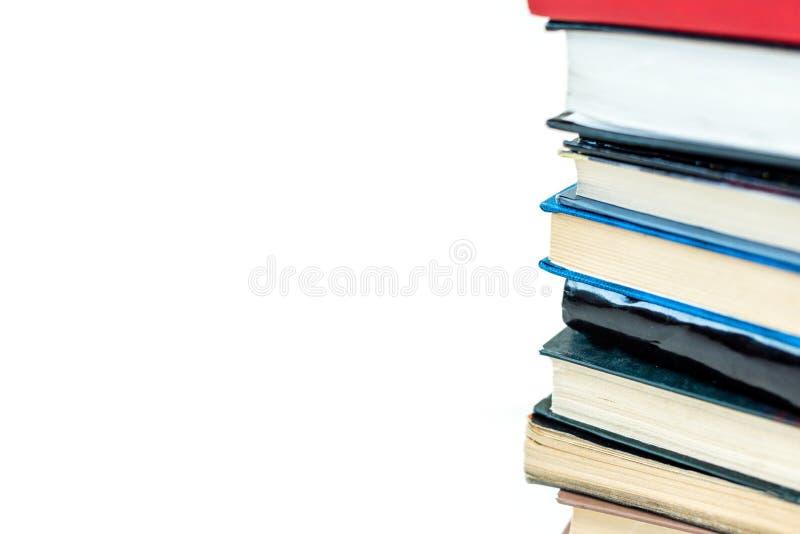 куча красочных книг, изолированная на белизне стоковые фотографии rf