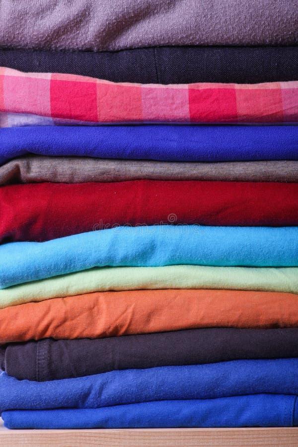 Куча красочных одежд стоковые изображения rf