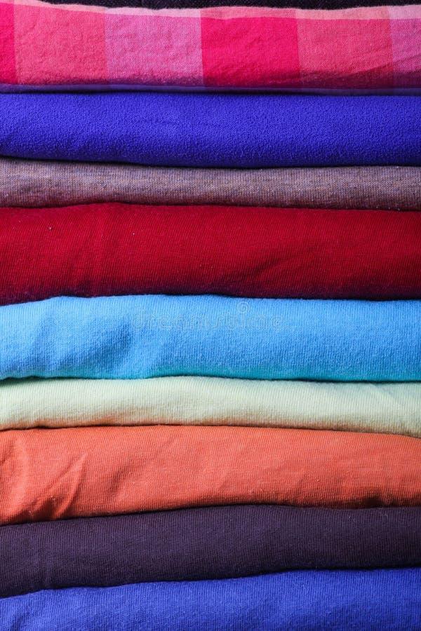 Куча красочных одежд стоковые фото