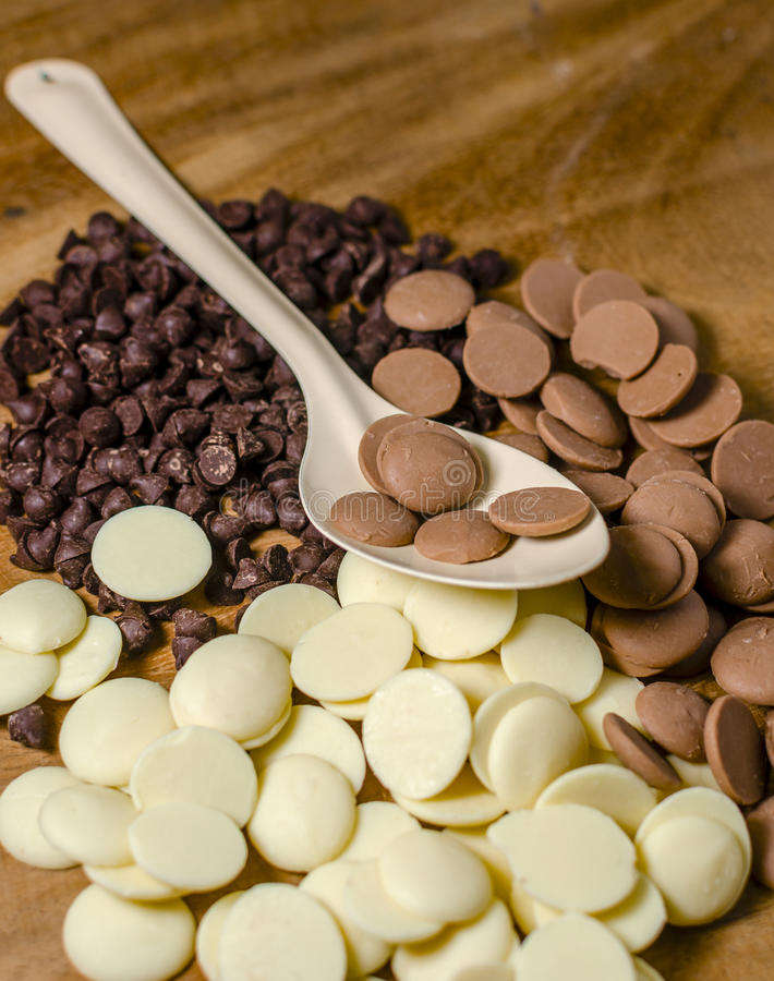 Куча кусочков шоколада в ложке стоковое фото