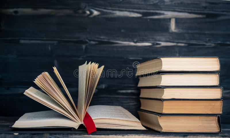 Куча кучи редких книг Открытая книга, книги hardback на деревянном столе r E r beryl стоковое фото rf