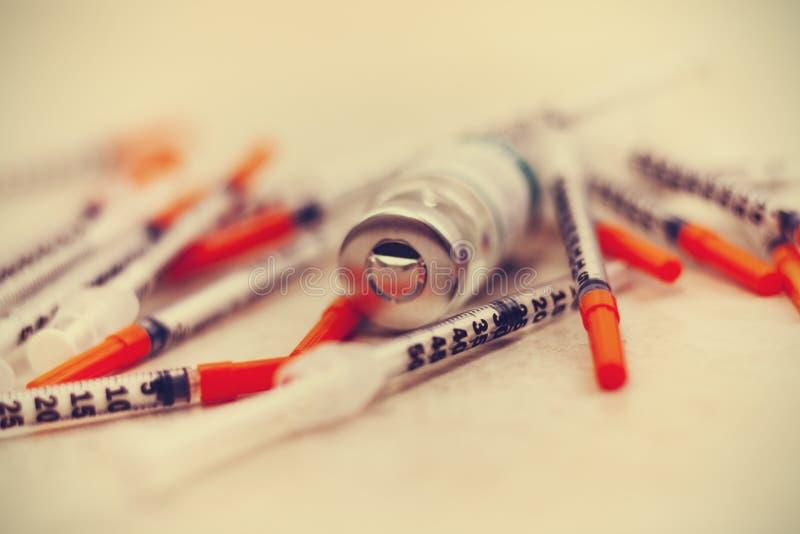 Куча медицинских шприцев для инсулина стоковое изображение
