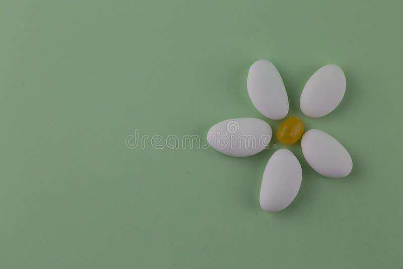 Куча миндалин засахаренных белизной стоковые фотографии rf