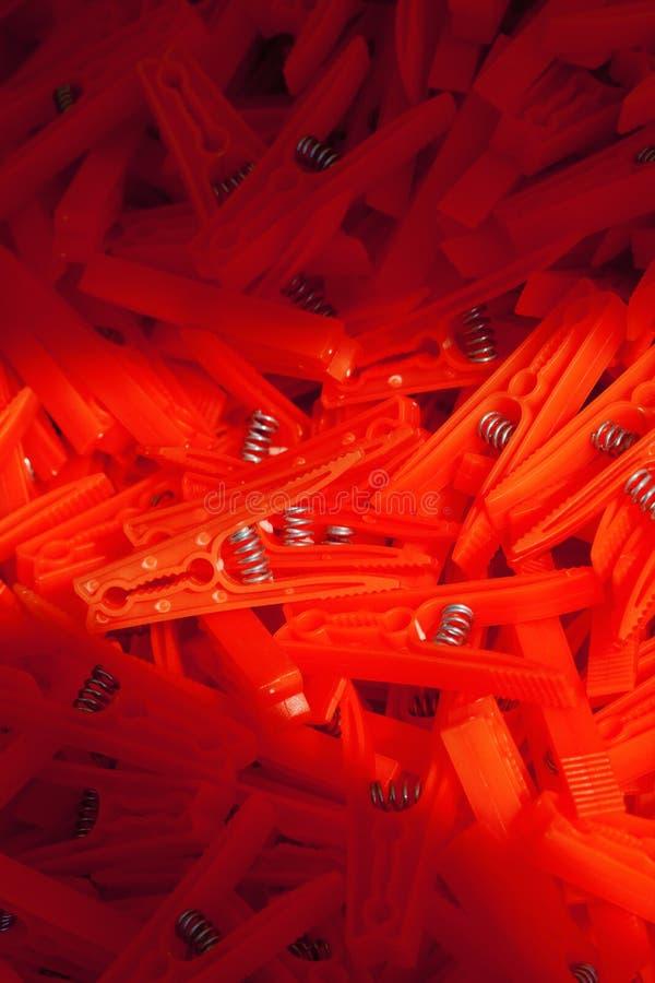 Куча много красочных зажимок для белья стоковые фото