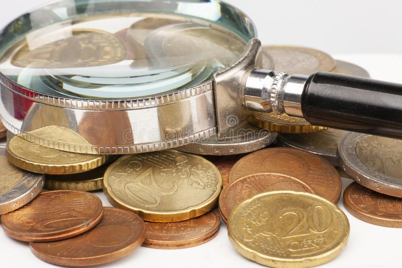 Куча монеток евро изолированных на белой предпосылке r стоковые изображения rf
