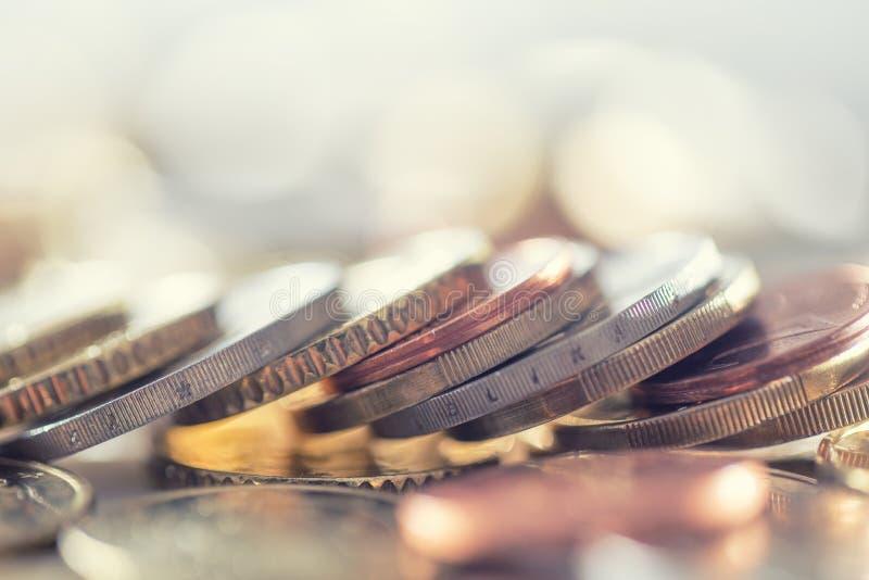 Куча монеток евро свободно лежа на таблице Деньги и валюта конца-вверх европейские стоковые фотографии rf