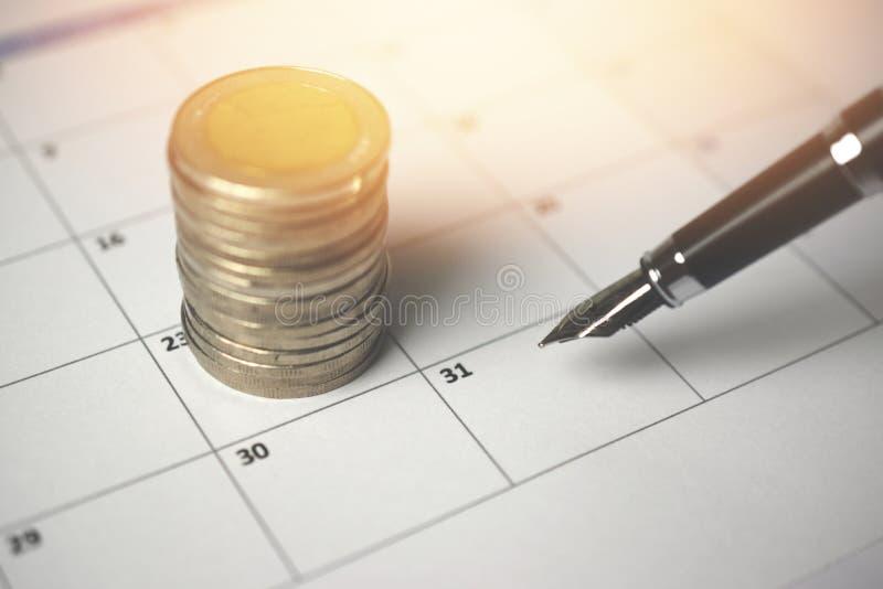 Куча монеток и календаря стоковое изображение
