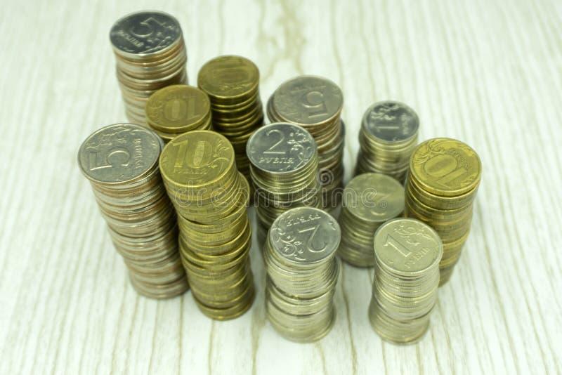 Куча монеток и пирамиды монетки стоковое изображение