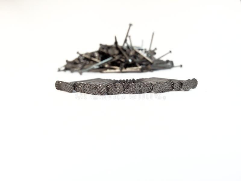 Куча ногтей на белой предпосылке стоковое изображение rf