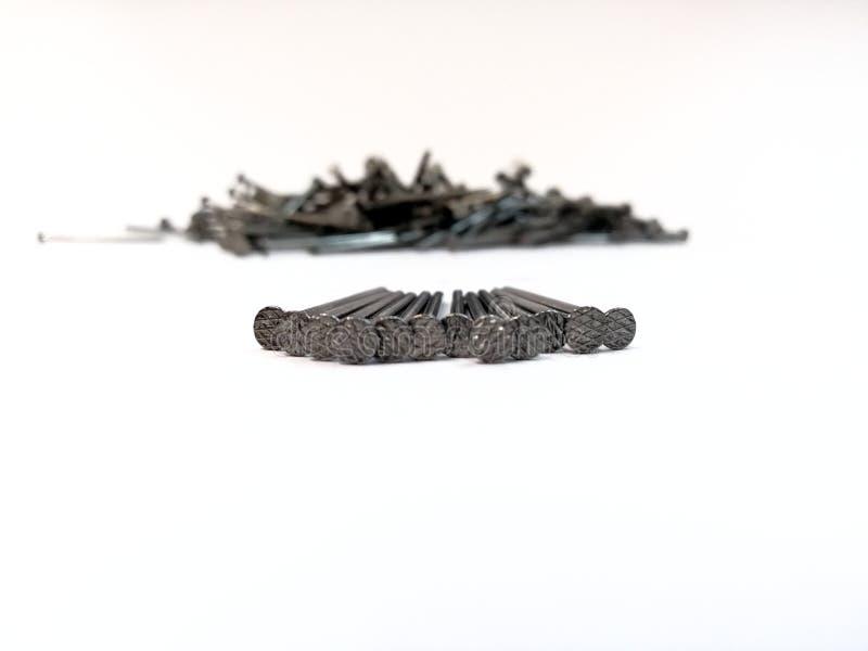 Куча ногтей на белой предпосылке стоковое изображение