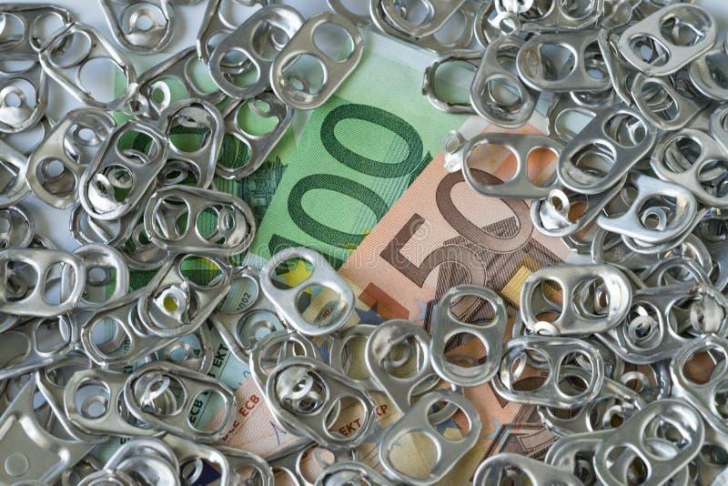 Куча ножа для вскрытия консервных банок обруча или кольца тяги на банкнотах денег как богачи стоковые изображения rf