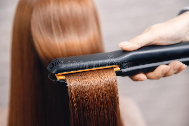 Куча обработки волос и протеина спасения кератина с профессиональным ультразвуковым инструментом утюга Концепция выправляет стоковое изображение rf