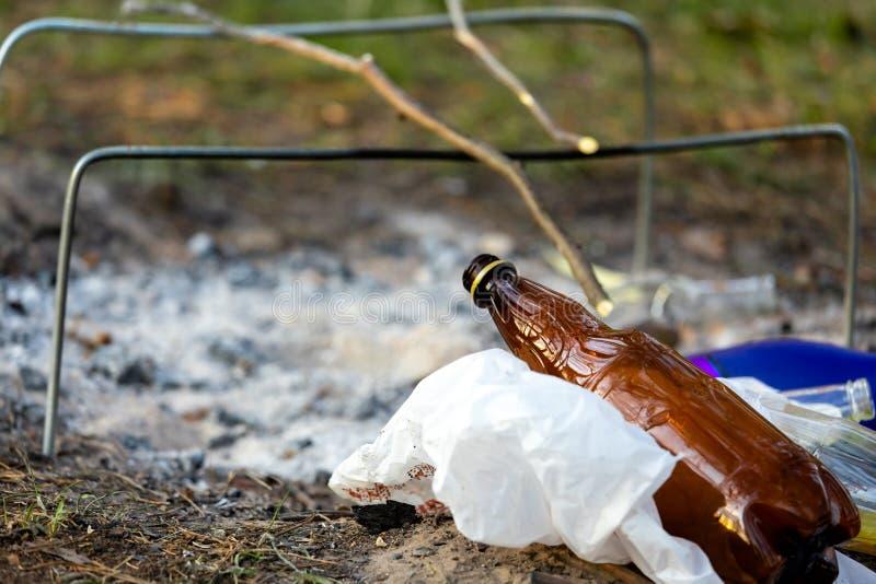 Куча отброса в Forest Park около места лагерного костера загрязнение окружающей среды стоковая фотография
